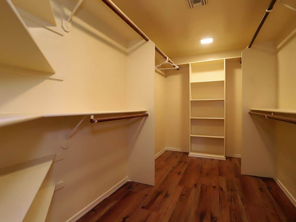 Auta Place Master walk-in closet
